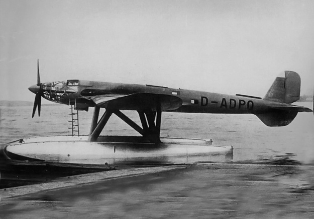 Side view of the He 119 V3. The updated wing used on the V3 and all further He 119 aircraft can be seen as well as tail modifications to increase the seaplanes stability.